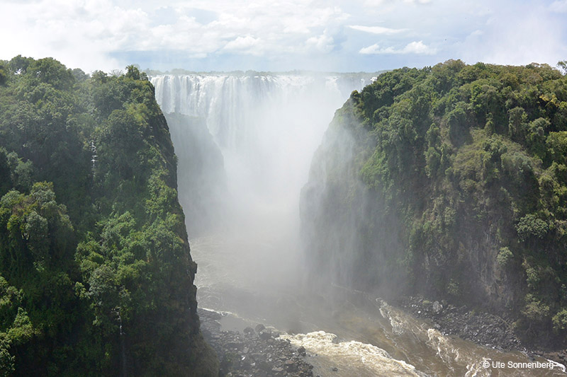 being-safe-while-visiting-the-victoria-falls
